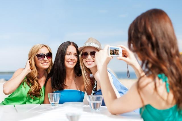 Take the perfect photo on your next vacation by following these tips. From selfies to tripods - Auto Europe has you covered with this comprehensive guide. take great group photos, group photo